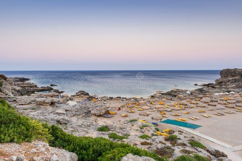 Härlig strand i Kallithea, Rhodes med turkosvatten och paraplyer, Grekland royaltyfri fotografi