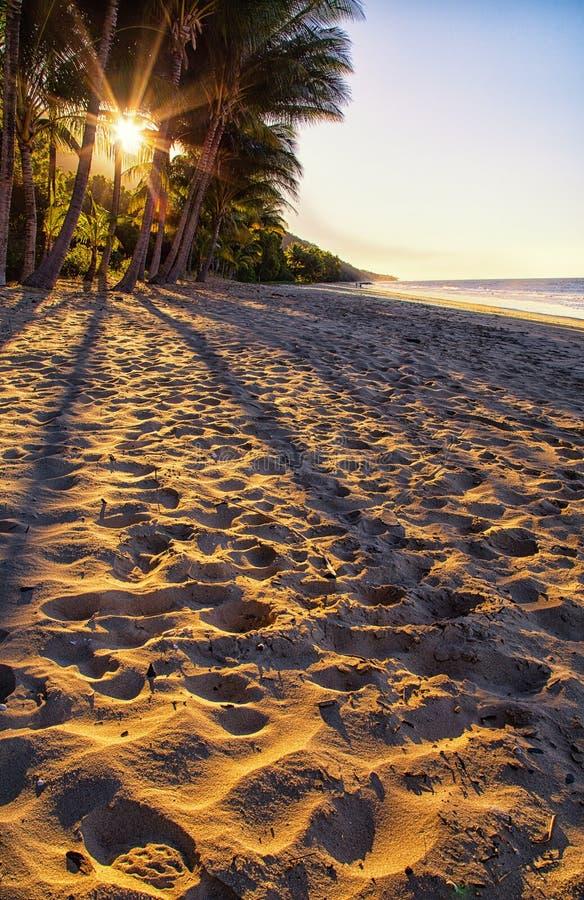 Härlig strand i tropiska avlägsna norr Queensland, Australien arkivbild