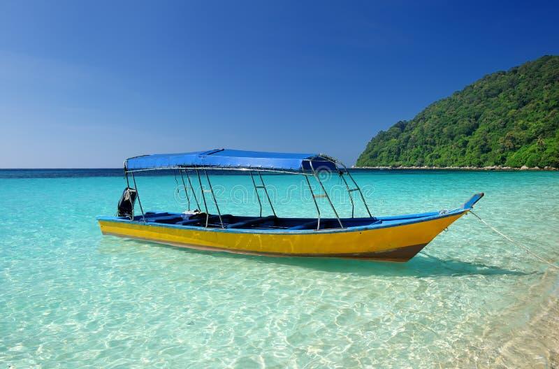 Härlig strand med det motoriska fartyget royaltyfri bild