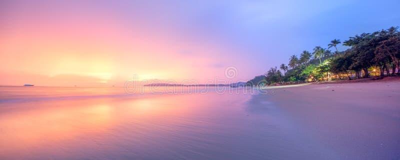 Härlig strand med färgrik himmel, Thailand arkivfoton