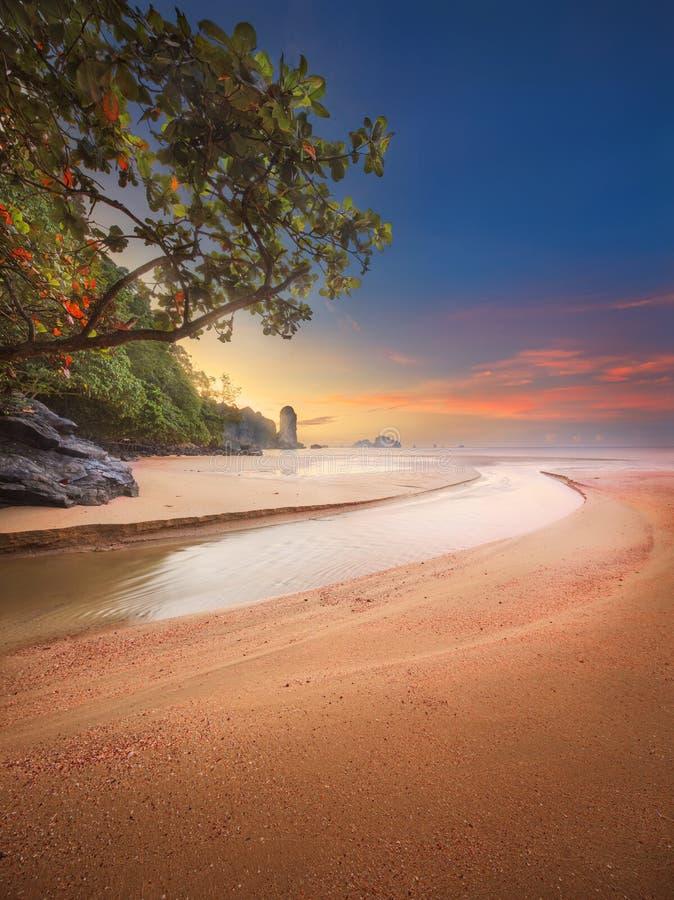 Härlig strand med färgrik himmel, Thailand arkivbild