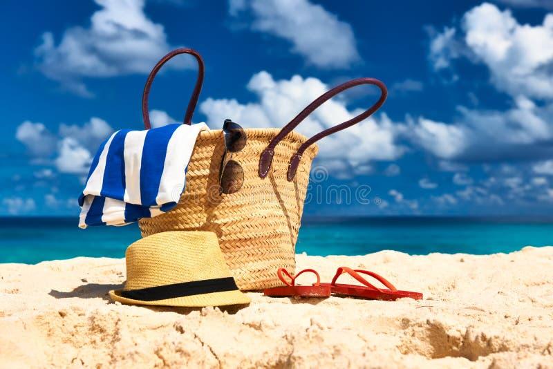 Härlig strand med påsen på Seychellerna royaltyfri fotografi