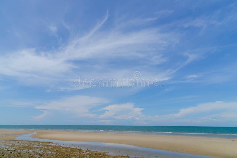 Härlig strand och tropisk havsnatur i Thailand Sommar kopplar av utomhus- begrepp arkivbild