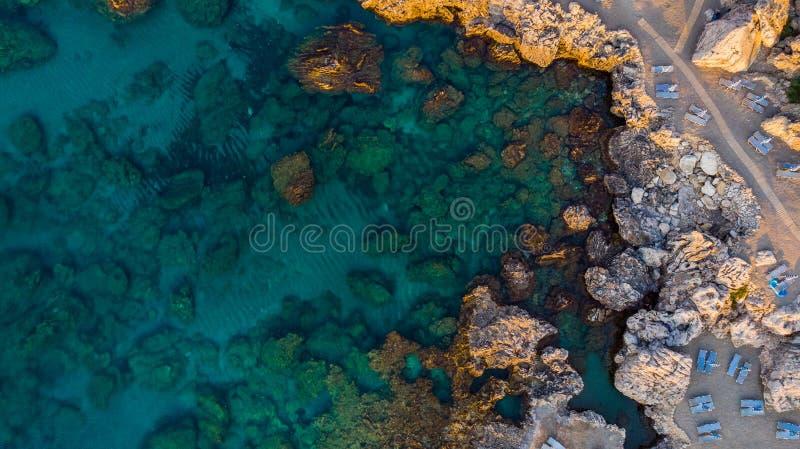 Härlig strand på den blåa medelhavet i Grekland, flyg- överkant ner sikt fotografering för bildbyråer