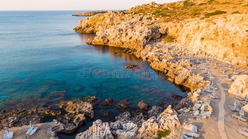 Härlig strand på soluppgång, blått havsvatten och Rocky Shore, Grekland, surrsikt arkivfoto