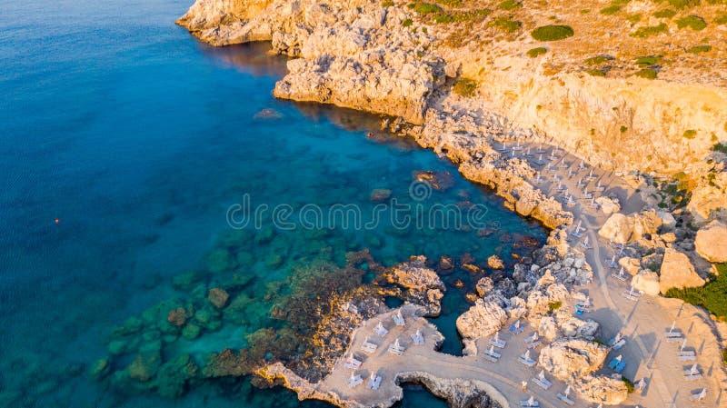 Härlig strand på soluppgång, blått havsvatten och Rocky Shore, Grekland, surrsikt arkivfoton