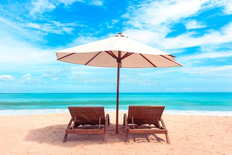 härlig strand Sikten av den trevliga tropiska stranden med gömma i handflatan omkring Ferie- och semesterbegrepp tropisk strand H royaltyfri foto