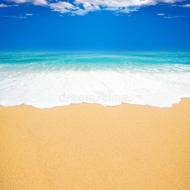 Härlig strandbakgrund med den mjuka vågen av det blåa havet, vit royaltyfri bild