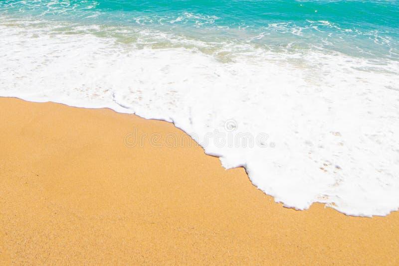 Härlig strandbakgrund med den mjuka vågen av det blåa havet, vit arkivbilder