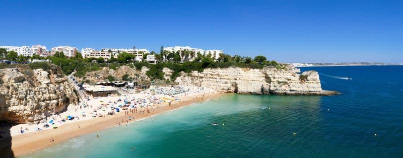 Härlig strandPraia da Senhora da Rocha i Portugal, Algarve - panoramabild arkivfoto