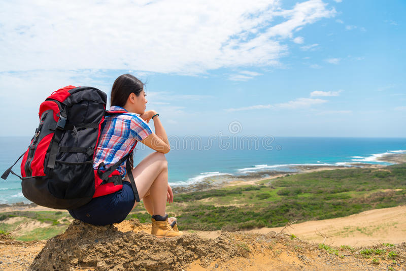 Härlig student som går till havsölandet arkivbild