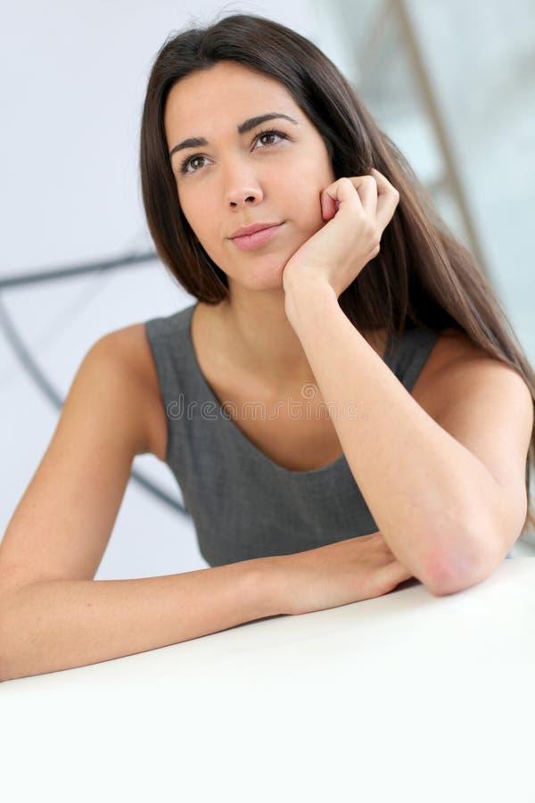 Härlig studentkvinna med fundersam blick royaltyfria bilder
