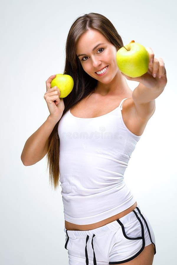Härlig sund livsstil -, rymmer den naturliga kvinnan ett äpple två arkivfoto
