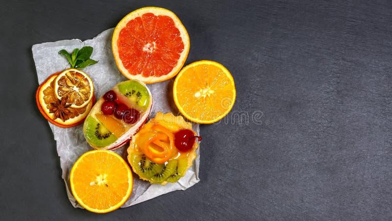 Härlig sund mat och smaklig frukt som isoleras på mörk bakgrund, skifferbräde Bästa sikt, utrymme för text fotografering för bildbyråer
