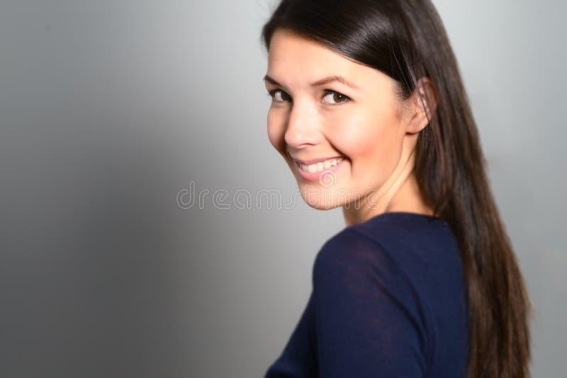 Härlig sund ung kvinna mycket av vitaliteten royaltyfria bilder