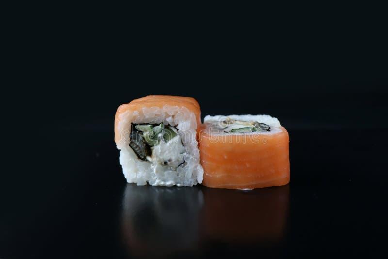 Härlig sushi med laxen Japansk mat fotografering för bildbyråer