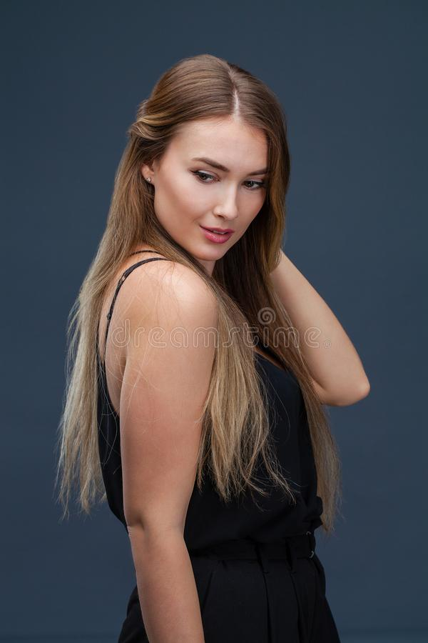 härlig svart blond klänningkvinna royaltyfria foton