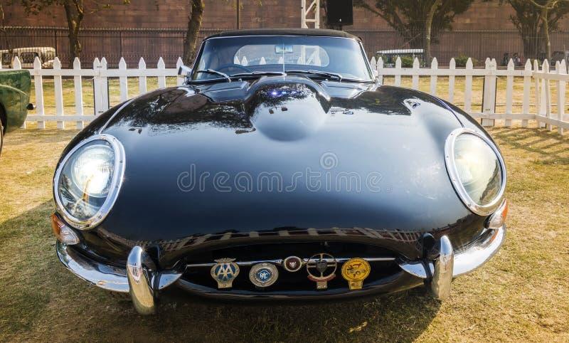 Härlig svart Jaguar E-typ serie 1 (1961) konvertibla oldtim royaltyfri fotografi