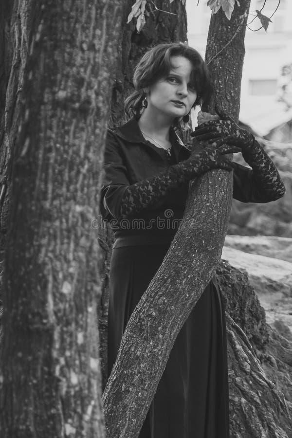 härlig svart klänningflicka arkivbild