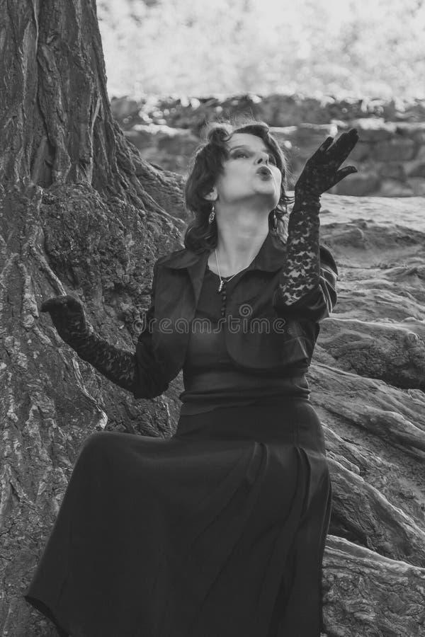 härlig svart klänningflicka arkivfoto