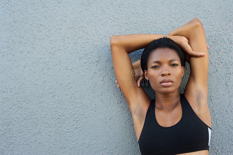 Härlig svart konditionkvinna arkivfoton
