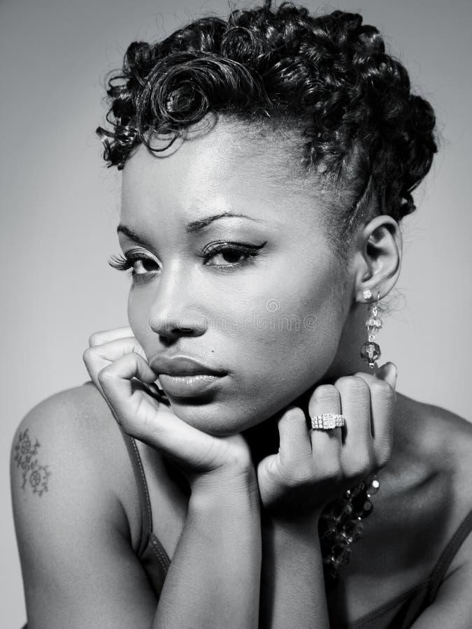 härlig svart kvinna
