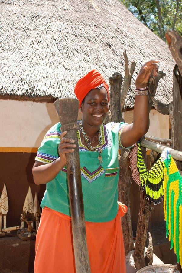 Härlig svart kvinna i den kulturella byn Lesedi, Sydafrika royaltyfri fotografi