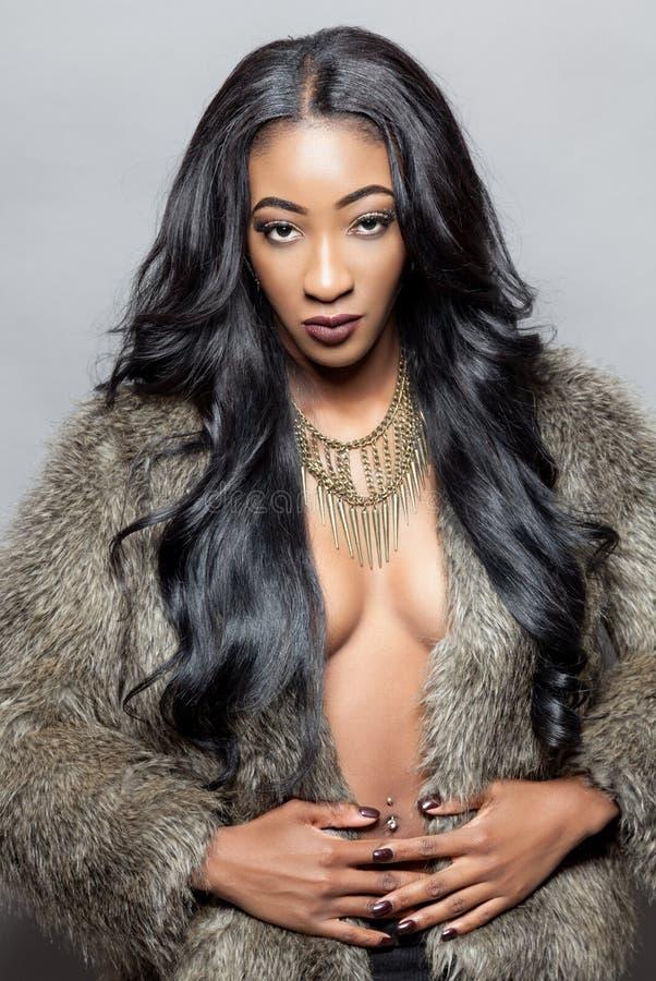 Härlig svart kvinna med långt lockigt hår arkivbilder