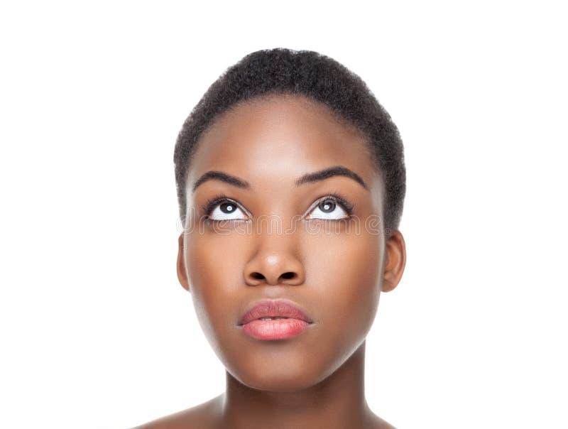 Härlig svart kvinna som ser upp royaltyfria foton