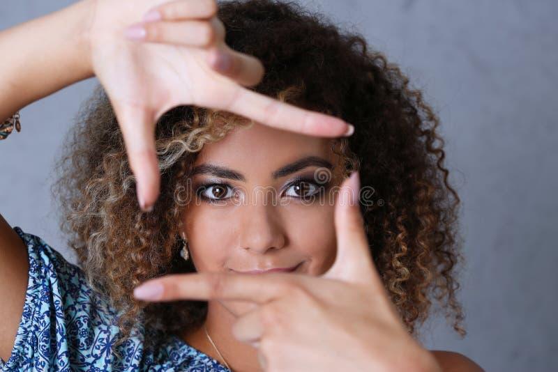 Härlig svart kvinnastående Hon satte hennes hand omkring royaltyfri foto