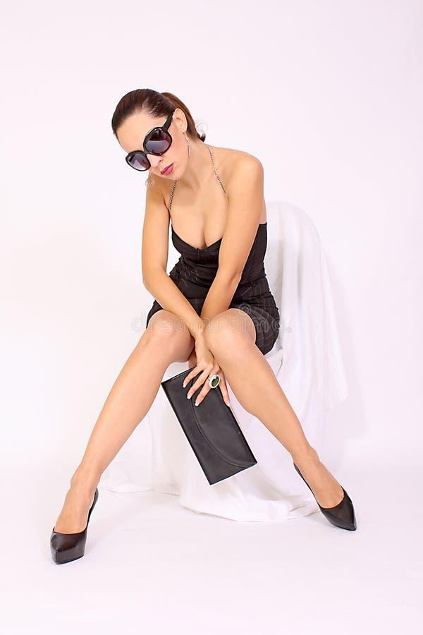 härlig svart ladyhandväskasolglasögon arkivfoton