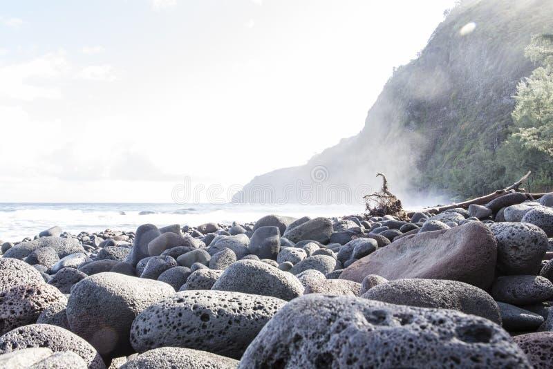 Härlig svart stenstrand - waipiodal, hawaii royaltyfria foton