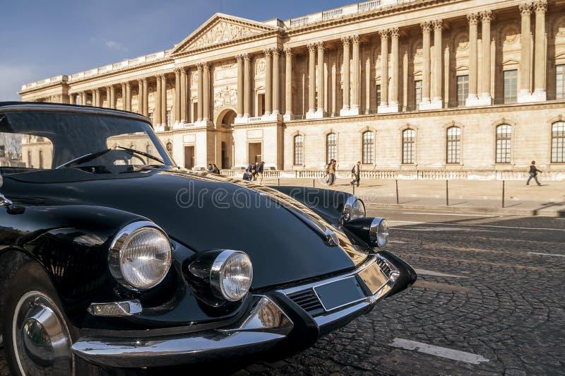 Härlig svart tappningbil som framme parkeras av Louvremuseet, Paris, Frankrike arkivbilder