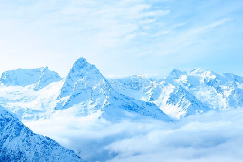 Härlig täckte maxima för vinter snö av det Kaukasus berget, Dombaj royaltyfria foton