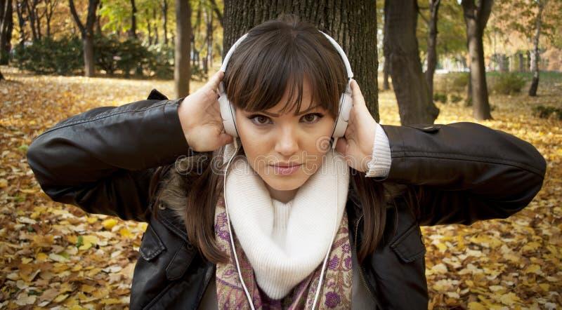 härlig tät lyssnande musik upp kvinna arkivbild