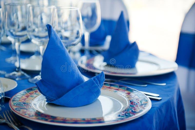 Härlig tabell med blåa servetter royaltyfri fotografi