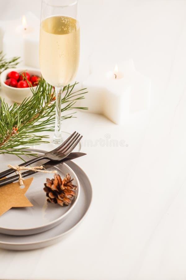 Härlig tabellinställning för jul med champagne och stearinljus CH royaltyfria foton