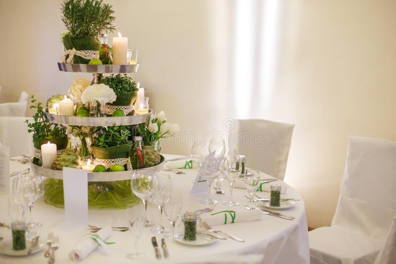 Härlig tabelluppsättning för grönt bröllop- eller händelseparti, inomhus, arkivfoto