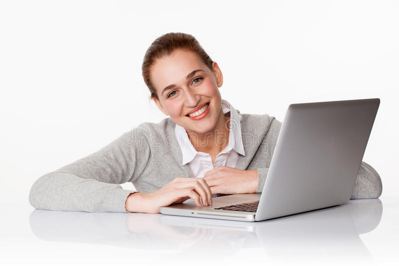 Härlig 20-talaffärsflicka eller kvinnlig student som använder en dator royaltyfria bilder