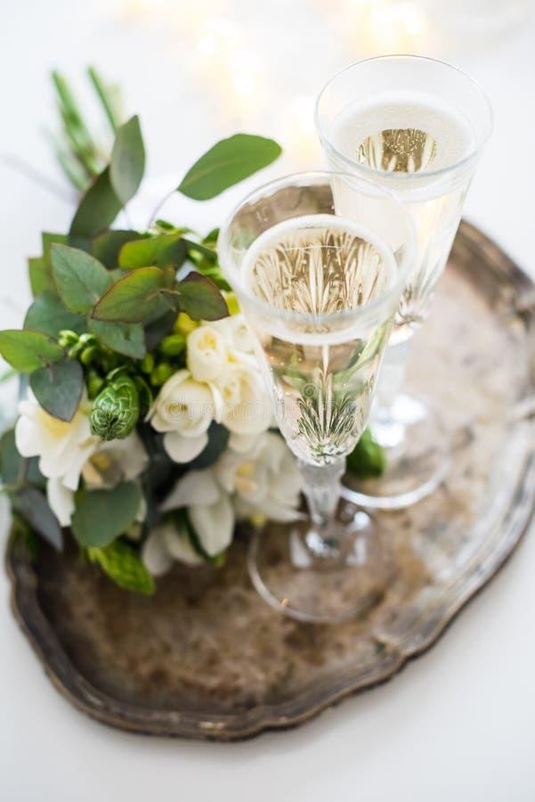 Härlig tappningbröllopgarnering med champagne och vit fl arkivbild