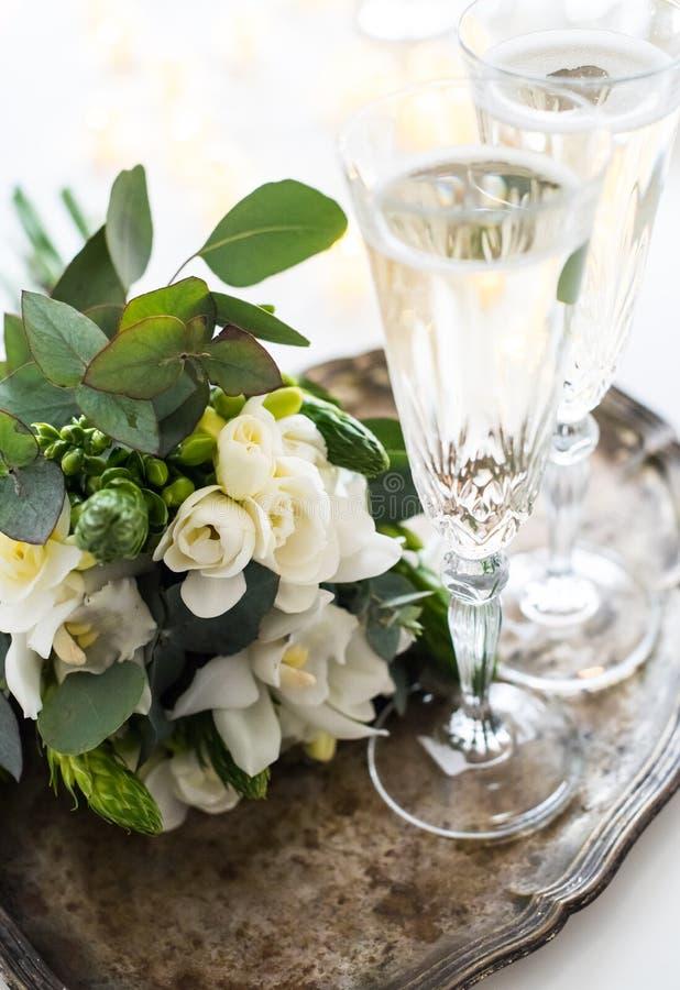 Härlig tappningbröllopgarnering med champagne och vit fl arkivbilder