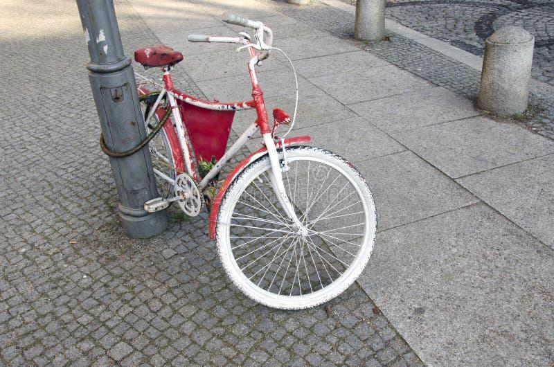 Härlig tappningcykel i stadsgata royaltyfri foto