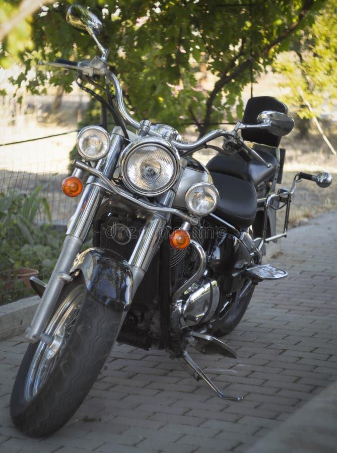 Härlig tappningstilmotorcykel Kawasaki Vulcan 800 i Grekland på solig dag royaltyfri bild