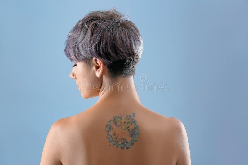 Härlig tatuering på kvinnligbaksida arkivfoton
