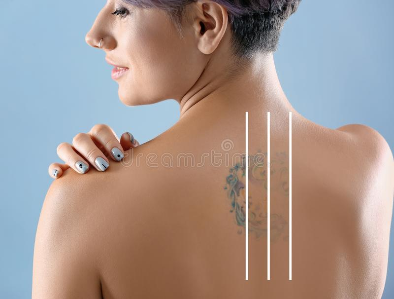 Härlig tatuering på kvinnligbaksida royaltyfri bild