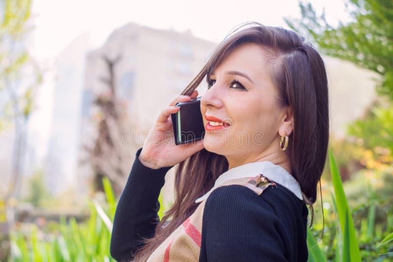 härlig telefonkvinna arkivfoton