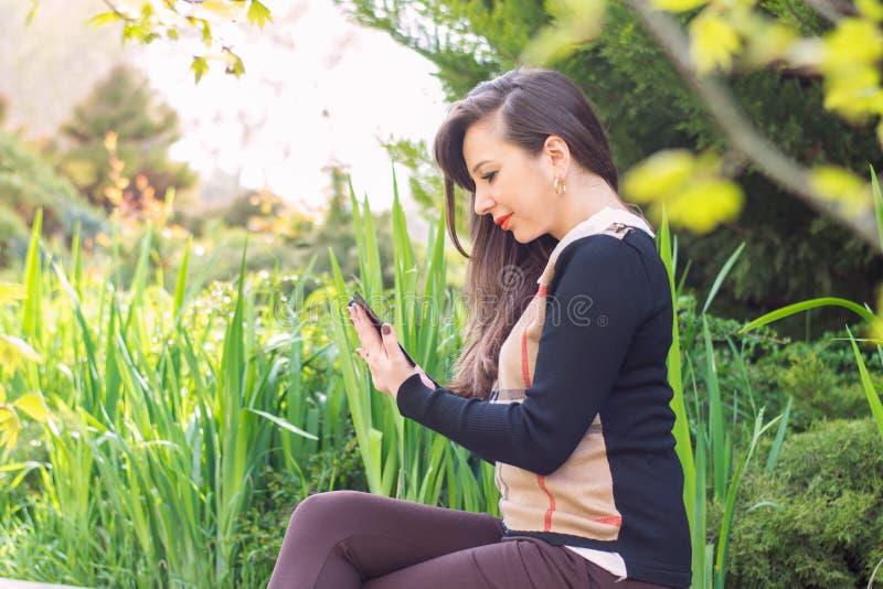 härlig telefonkvinna fotografering för bildbyråer