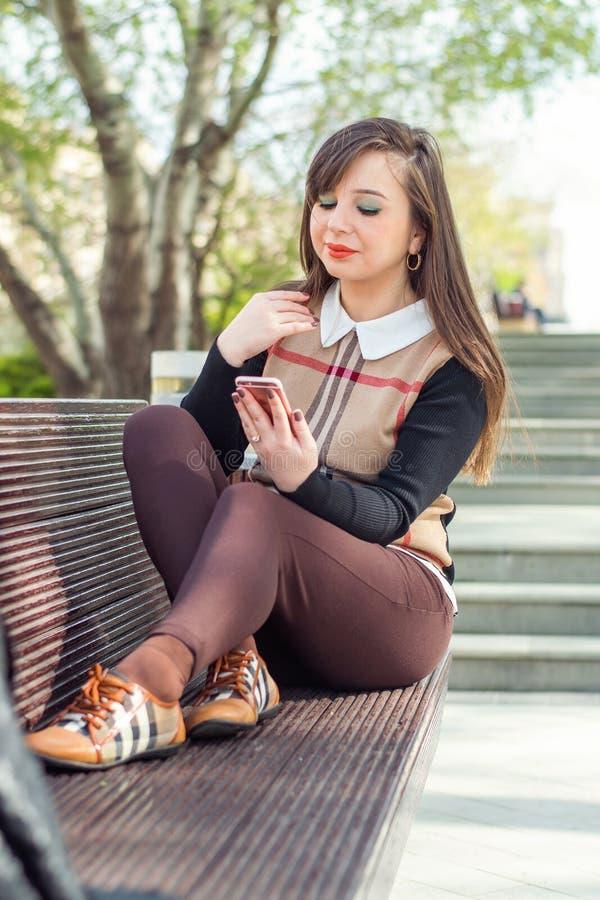 härlig telefonkvinna royaltyfria bilder