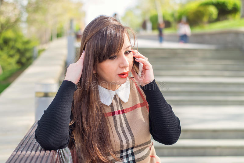härlig telefonkvinna royaltyfri foto