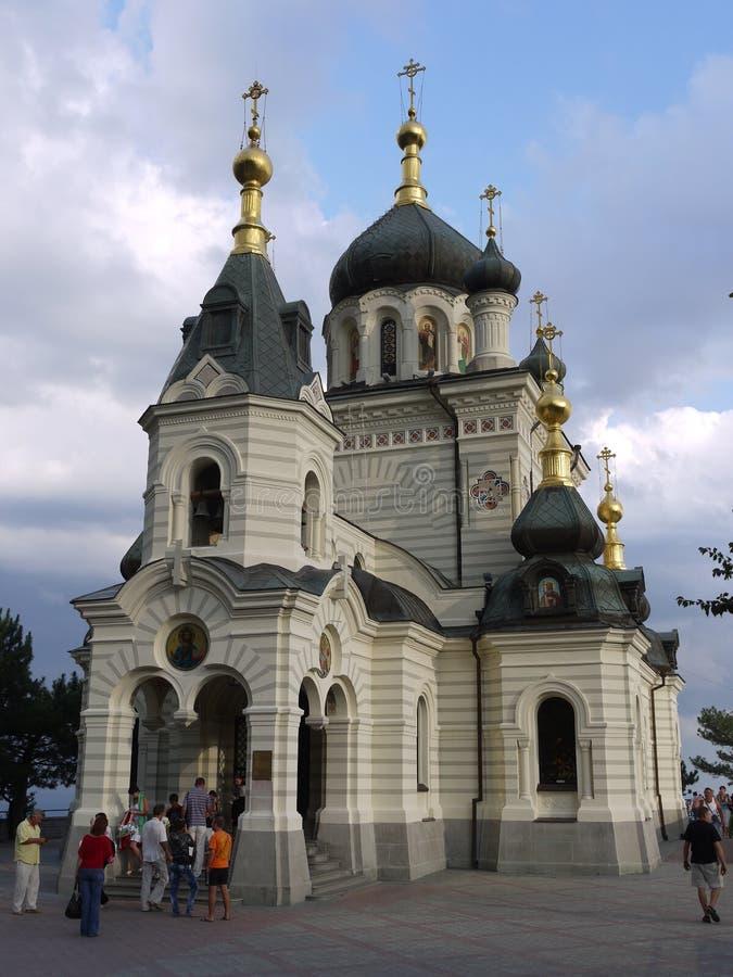 Härlig tempel av den Foros kyrkan med många turister Foros Crimea, Ukraina royaltyfri fotografi